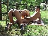 Sexo com a transex no meio do mato.